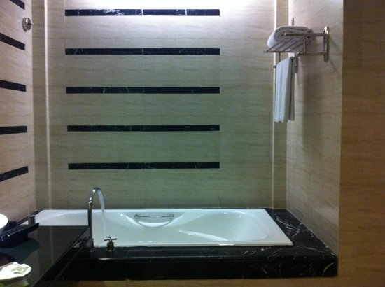 Gumaya Tower Hotel Semarang: Bath Tub Layout