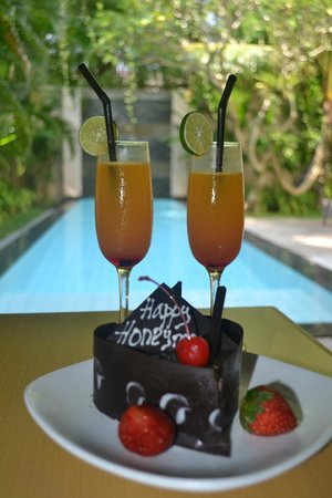 Bali Island Villas & Spa : Welcome Drinks & Honeymoon Cake