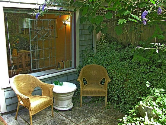 A Suite @ Kitsilano Cottage: A Great Place For Your Morning Cup