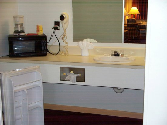 Americas Best Value Inn - St. Albans / South Charleston: Fridge & Microwave in all rooms