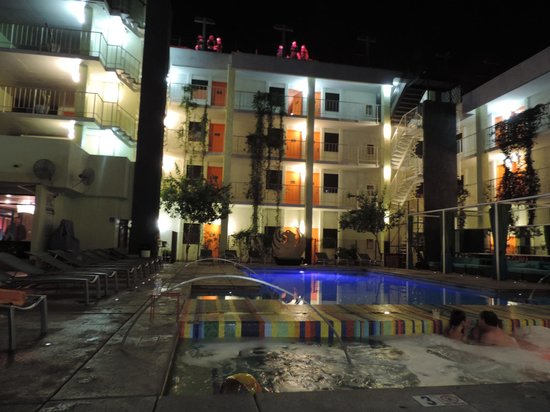 The Clarendon Hotel and Spa: Courtyard and pool at night