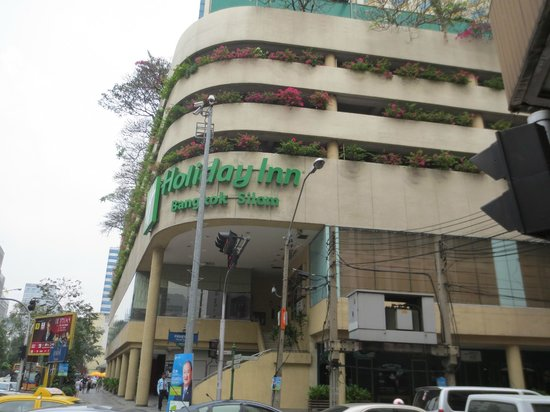 Holiday Inn Bangkok Silom: View from side street