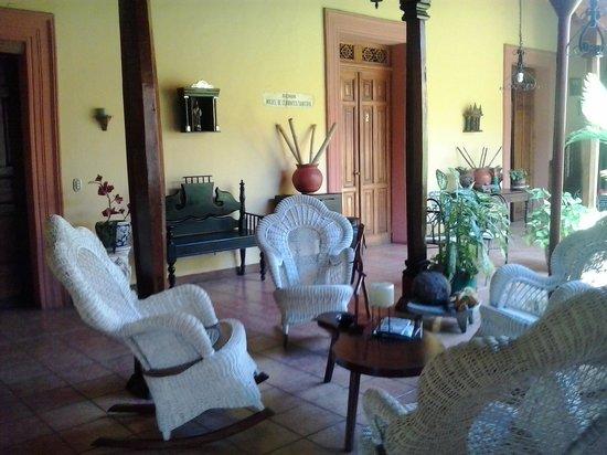 Casa San Martin: Zona de estar y patio de desayunos