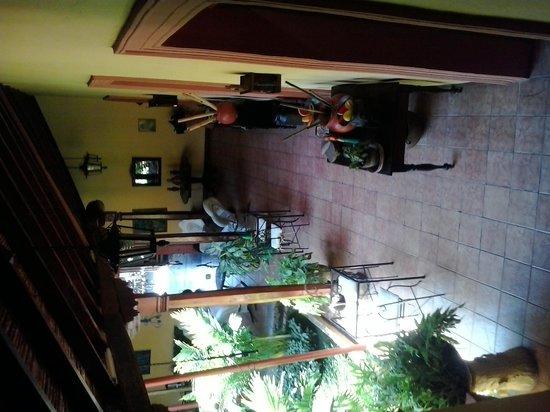 Casa San Martin: Bajada a zona recepción y patio desayuno