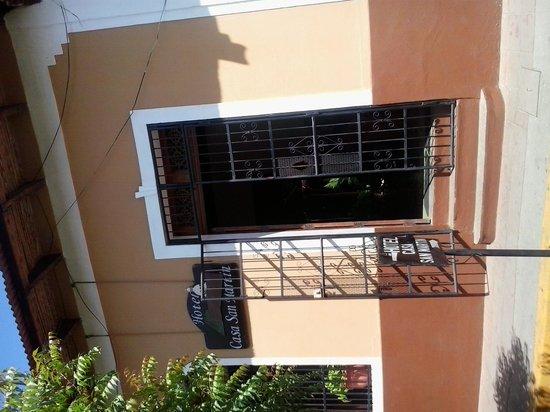 Casa San Martin: Entrada principal en calle Calzada