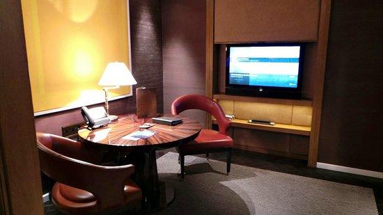 Corinthia Hotel London : Deluxe Junior Suite working area