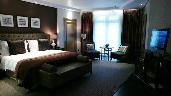 Corinthia Hotel London : Deluxe Junior Suite bedroom