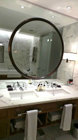 Corinthia Hotel London: Deluxe Junior Suite bathroom