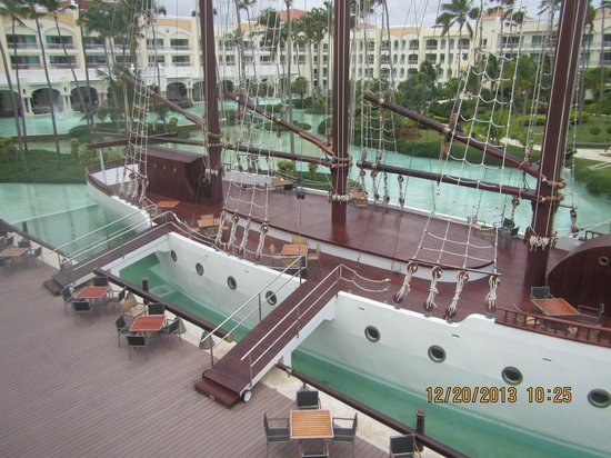 Iberostar Grand Hotel Bavaro: The sail ship and bar in the bottom