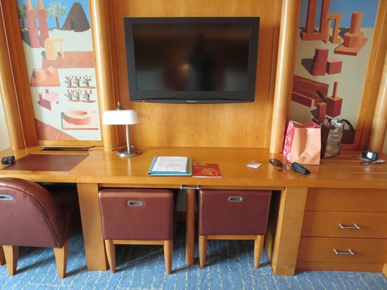 Resorts World Sentosa - Hotel Michael: TV and work table in-room