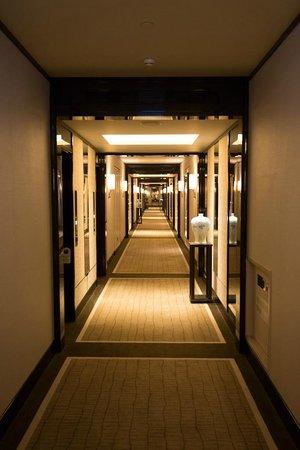 The Peninsula Hong Kong : Beautiful hallways