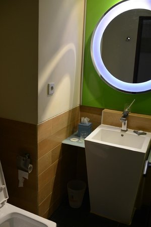 Ibis Styles Yogyakarta: Bathroom