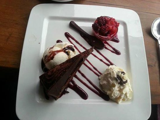 Saints Cafe, Restaurant & Bar: Awesome Mudcake with Ice Cream, berries and a chocolate spoon!