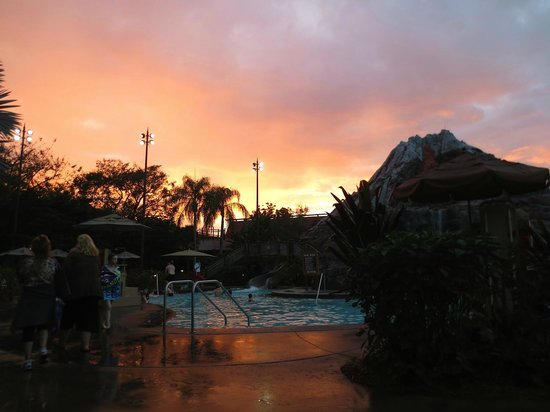 Disney's Polynesian Village Resort: Pool at sunset