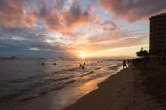 Moana Surfrider, A Westin Resort & Spa: Sunset on Waikiki Beach in front of the hotel