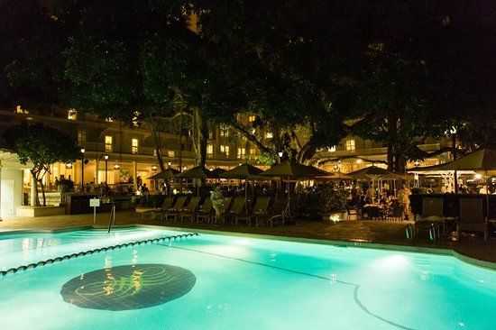 Moana Surfrider, A Westin Resort & Spa : The pool area at night