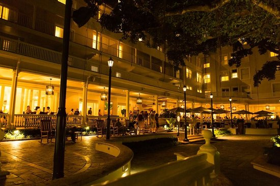 Moana Surfrider, A Westin Resort & Spa : The courtyard at night
