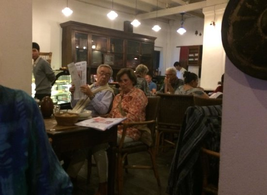 Le Café Ban Vat Sene: Expats reading Le Monde at Le Cafe