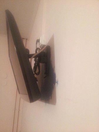 Hotel des Buttes Chaumont: Pintaron con el televisor quedo un manchon verde, el color anterior