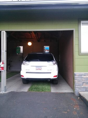 The Motor Lodge: Covered carports come with free bikes!
