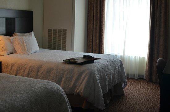 Hampton Inn Kingston: Bed close to the window.