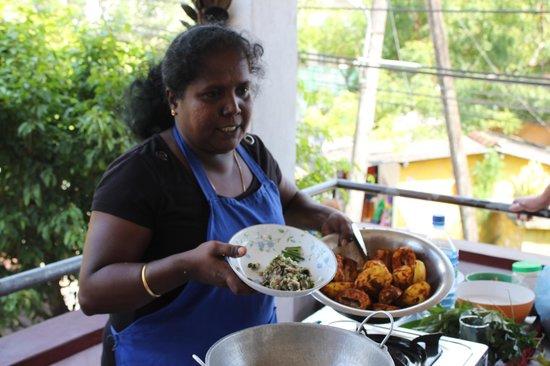 Karuna s Cooking Class @ Sonja's Healthfood Restaurant: Karuna instructing.