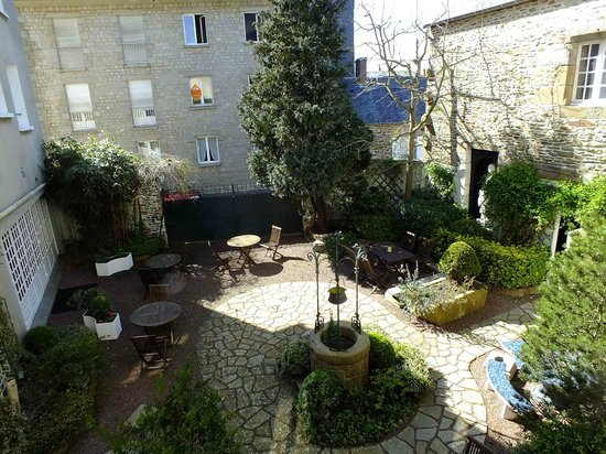 Best Western Hotel Montgomery: Inviting courtyard below