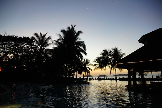 Sutera Harbour Resort (The Pacific Sutera & The Magellan Sutera): Sunset at the swimming pool