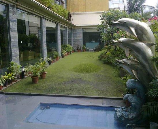 Goldfinch Hotel Mumbai : Lounge Bar