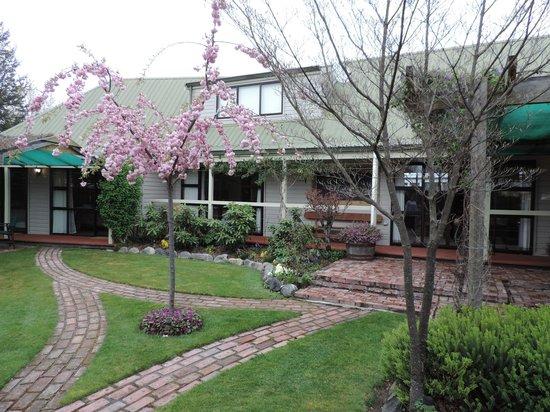 Aoraki Lodge: Front Garden