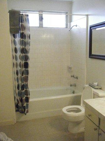 Kauai Palms Hotel: Full Size Bathroom