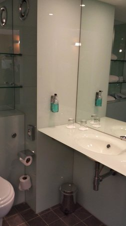 Ibis Styles Crewe: Ramada Encore Crewe - Bathroom