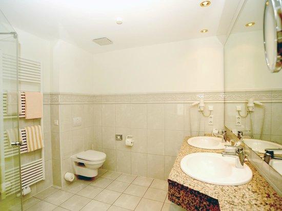 Gut Düneburg: Bad im Superiorzimmer mit Regendusche