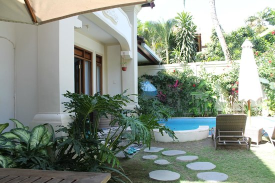 Umadasa Seminyak: giardino e piscina