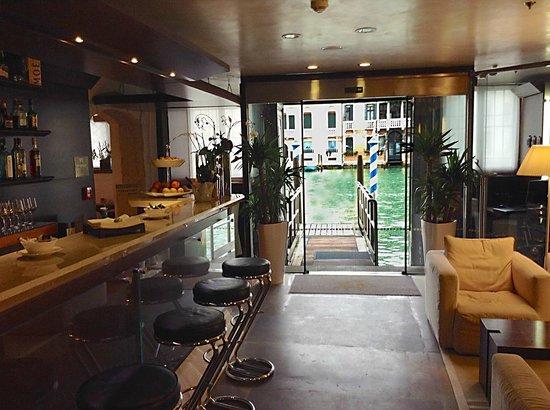 Hotel Palazzo Giovanelli : Bar und Zugang zur Anlegestelle für Wassertaxi -Canal Grande