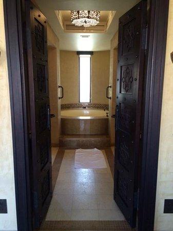 Qasr Al Sarab Desert Resort by Anantara: Bathroom with huge bathtub