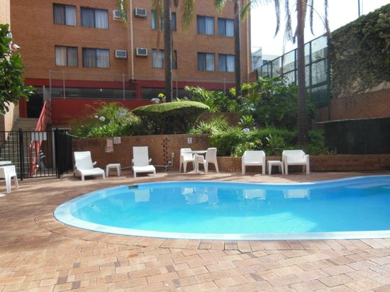 City Stay Apartment Hotel: Small but very welcoming swimming pool