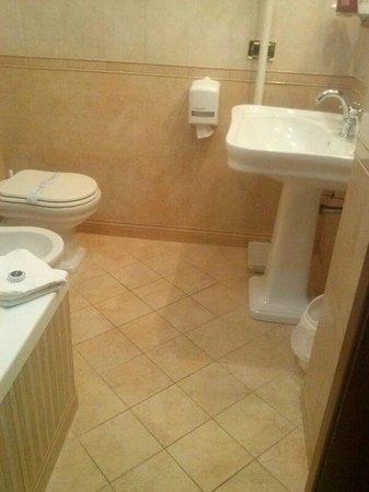 Bagno con vasca e ceramiche Versace - Foto di Hotel Pantheon, Roma ...