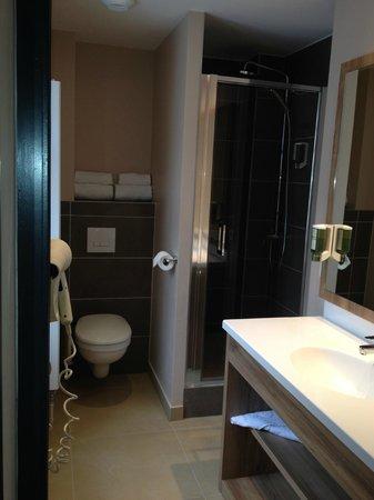 Hotel la Vallee Blanche: Chambre 26 rénovée : salle de bains