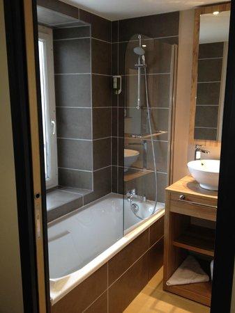 Hotel la Vallee Blanche: Chambre 34 rénovée : salle de bains