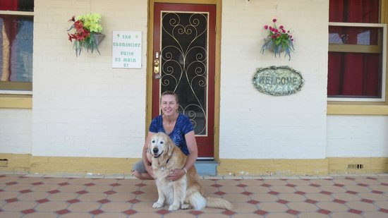 Must Love Dogs B&B & self contained cottage: Bessie and her Mum outside the Chandelier Suite