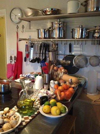 Chez Ray: kitchen