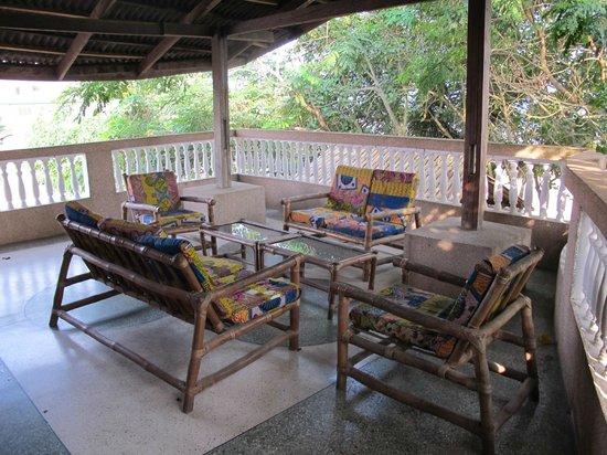 Busua Inn: Petit salon extérieur près des chambres