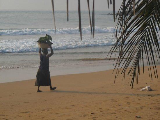 Busua Inn: une femme passe....