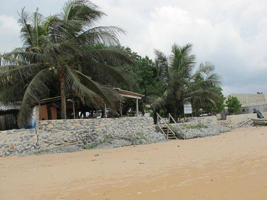Busua Inn: L'entrée côté plage