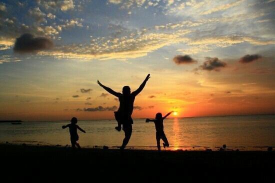 Patra Jasa Bali Resort & Villas: Pantai private The Patra pada saat senja.