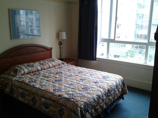 The Monarch Hotel: Bed