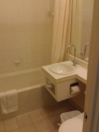 The Monarch Hotel: Bathroom
