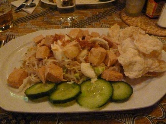 Bojo Restaurant: Tofu, bean sprouts & kroepoek