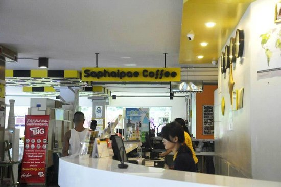 Saphaipae Hostel: Nice and welcoming hostel lobby with free internet